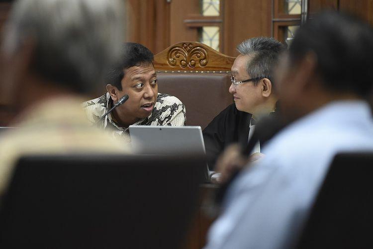 Terdakwa kasus suap jual beli jabatan di lingkungan Kementerian Agama Romahurmuziy (kiri) berbincang dengan kuasa hukumnya saat menjalani sidang lanjutan di Pengadilan Tipikor, Jakarta, Rabu (27/11/2019). Sidang tersebut beragenda mendengarkan keterangan dua orang saksi. ANTARA FOTO/Nova Wahyudi/foc.