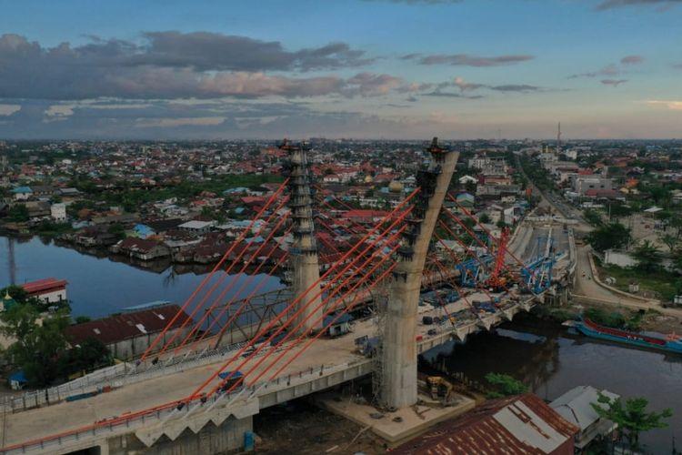 Jembatan Sei Alalak yang berlokasi di Kalimantan Selatan. Jembatan ini dirancang dengan desain cable-stayed lengkung. Jembatan dengan panjang 850 meter ini akan menjadi ikon baru Kalsel/