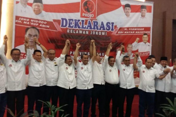 Seluruh kepala daerah Provinsi Riau saat menyatakan dukungan kepada capres Jokowi pada deklarasi relawan Projo di Hotel Aryaduta, Pekanbaru, Riau, Rabu (10/10/2018).