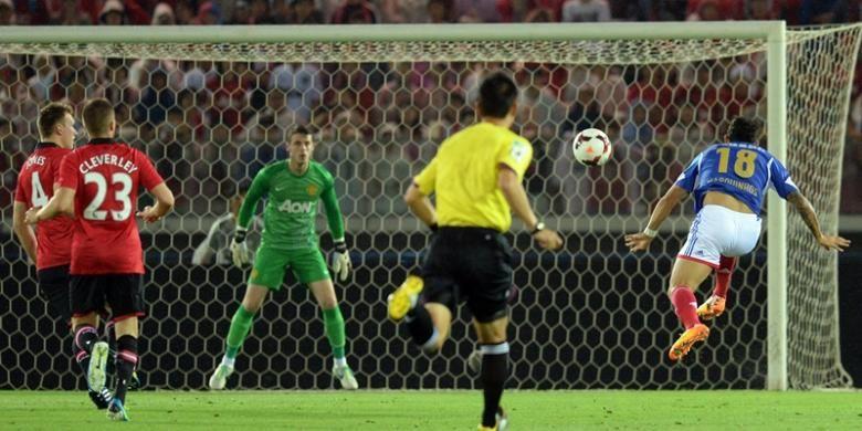 Penyerang Yokohama Marinos, Marquinho (18) mencetak gol ke gawang David de Gea dalam laga persahabatan melawan Manchester United di Stadion Nissan, Yokohama, Jepang. Dalam laga itu, Setan Merah takluk 2-3 dari tim tuan rumah.