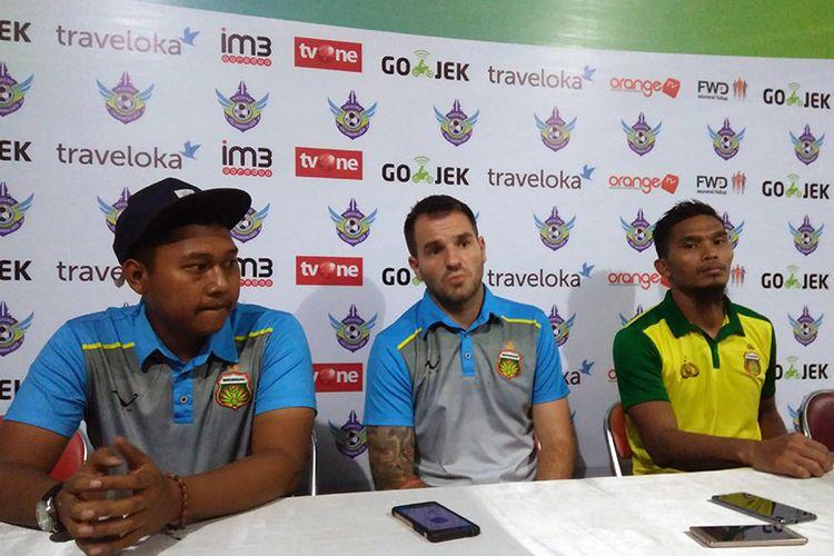 Pelatih Bhayangkara FC Simon McMenemy (tengah) dan Firly Apriliansyah (kanan) selepas pertandingan menghadapi Persegres Gresik United.