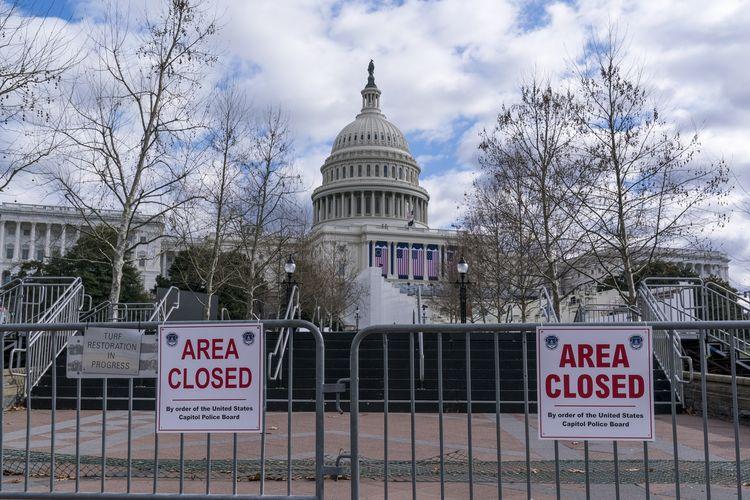 Gedung Capitol Hill ditutup dan dijaga aparat keamanan jelang pelantikan Joe Biden serta Kamala Harris pada 20 Desember. Foto diambil pada Minggu (17/1/2021).