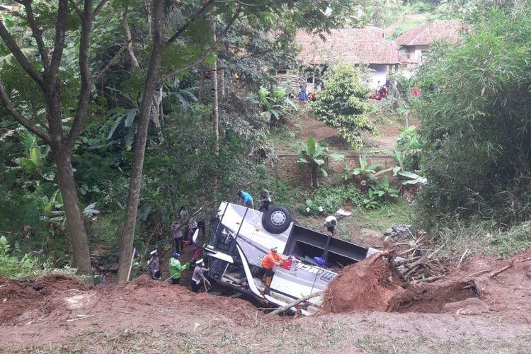 Kecelakaan bus yang terjun ke jurang di Tanjakan Cae, Desa Sukajadi, Kecamatan Wado, Kabupaten Sumedang, Jawa Barat, Kamis (11/3/2021).