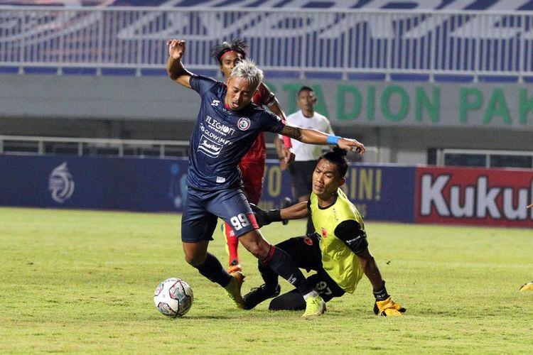 Penyerang Arema FC Kushedya Hari Yudo dijatuhkan kiper PSM Makassar Hilman Syah pada laga lanjutan Liga 1 2021 di Stadion Pakansari Cibinong, Kab Bogor, Minggu (5/9/2021).