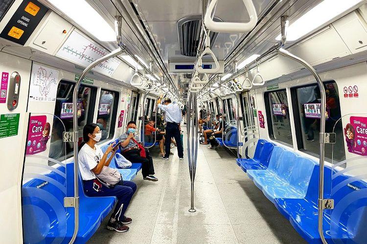 MRT Singapura yang sedang melintas di distrik Dhoby Ghaut, Singapura Tengah terlihat lenggang pada hari pertama pemberlakuan lockdown parsial (16/5/2021).