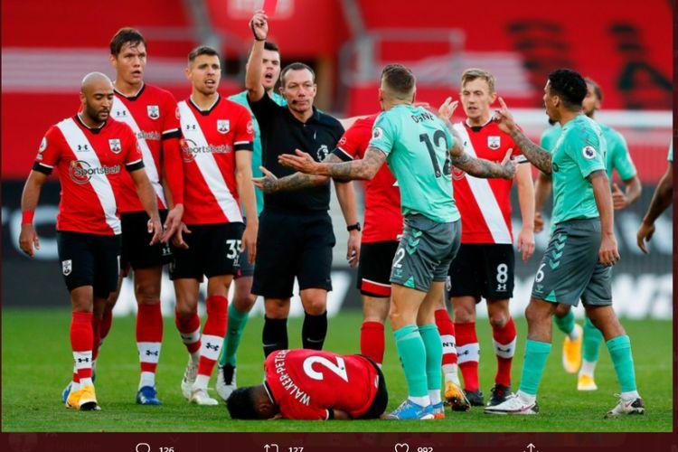 Bek Everton, Lucas Digne (12), dikartu merah oleh wasit usai melanggar pemain Southampton, Kyle Walker-Peters pada laga lanjutan pekan keenam Liga Inggris di Stadion St. Marys, Minggu (25/10/2020).