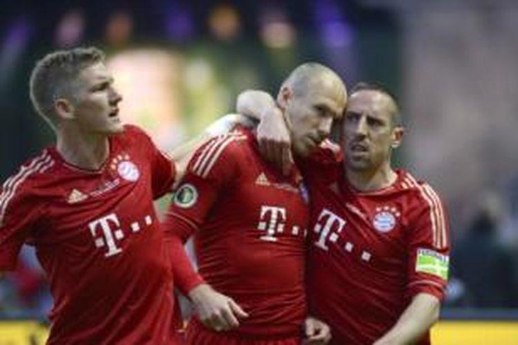 Tiga pemain Bayern Muenchen (dari kiri ke kanan): Bastian Schweinsteiger, Arjen Robben, dan Franck Ribery.