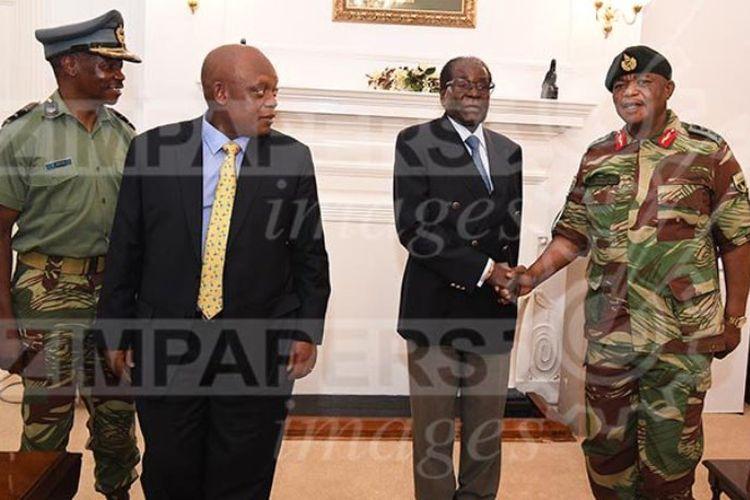Presiden Zimbabwe Robert Mugabe melakukan pertemuan dnegan panglima tentara Zimbabwe Jenderal Constantino Guveya Chiwenga dan beberapa utusan Afrika Selatan, di Istana Negara, di Harare, pada Kamis (16/11/2017). (The Heraldz)