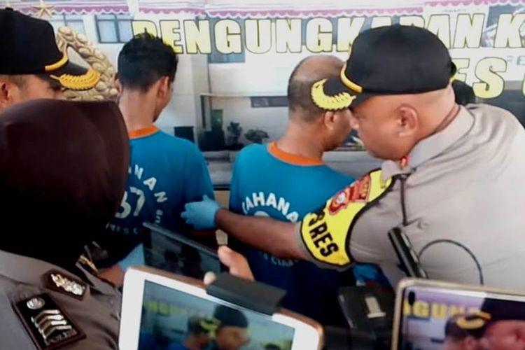 Kapolres Cianjur, AKBP Juang Andi Priyanto tengah menanyai dua pelaku pembunuhan pria yang berprofesi sebagai debt collector yang mayatnya dibuang ke tebing jurang di wilayah Sukanagara, Cianjur, Jawa Barat.