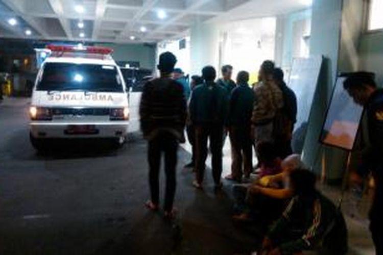 Sejumlah keluarga korban kebakaran bersikeras untuk menginap di koridor RSCM, Jakarta Pusat, Jumat (10/7/2015) malam.