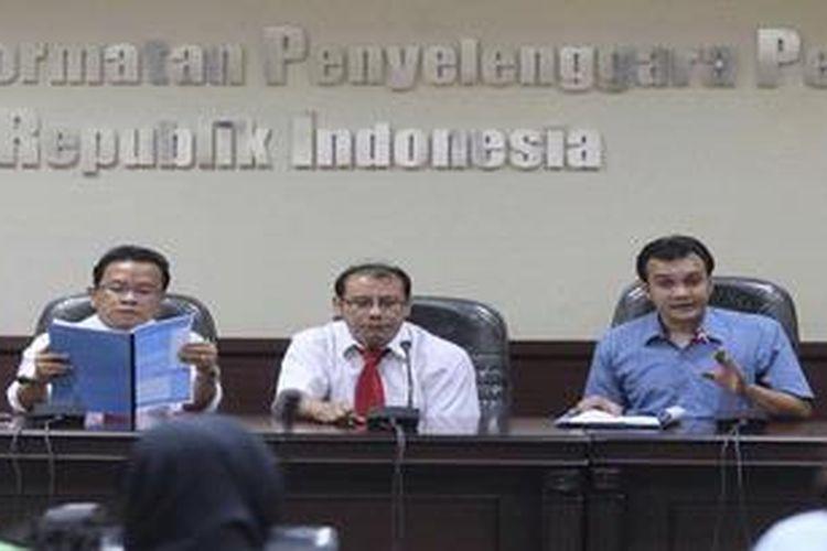 Pelanggaran Kode Etik KPU-Bawaslu Koordinator Sinergi Masyarakat untuk Demokrasi Indonesia (Sigma) Said Salahudin, Anggota Dewan Kehormatan Penyelenggara Pemilu (DKPP) Saut Hamonangan Sirait (tengah) dan Nur Hidayat Sardini menggelar jumpa pers setelah Sigma menyerahkan laporan dugaan pelanggaran kode etik oleh anggota Komisi Pemilihan Umum (KPU) dan Badan Pengawasan Pemilu (Bawasalu) di Gedung Bawaslu, Jakarta, Senin (29/10/2012). Laporan tersebut terkait proses verifikasi parpol peserta Pemilu.