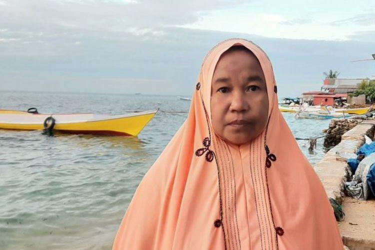 Kenna, istri nelayan di Pulau Kodingareng, Makassar, Sulawesi Selatan, yang terus berutang untuk membeli kebutuhan sehari-hari.