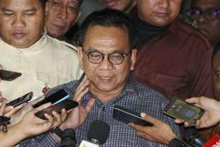 Ketua Badan Legislasi Daerah (Balegda) DPRD DKI Jakarta, Mohamad Taufik, keluar dari gedung KPK, Jakarta, usai diperiksa penyidik, Senin (11/4/2016).