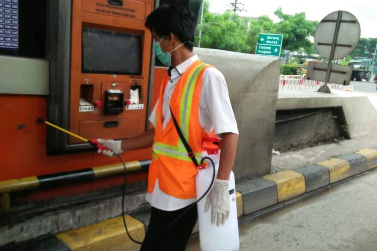Penyemprotan disinfektan gardu tol dan peralatan transaksi di Tol Tangerang-Merak, Jumat (20/3/2020)