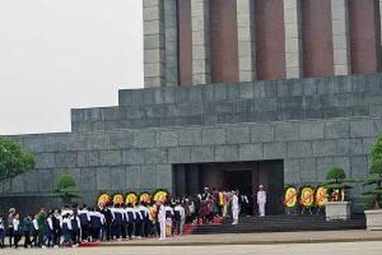 Mausoleum Ho Chi Minh terletak di tengah Lapangan Ba Dinh, Hanoi, Vietnam. Di sini tempat Ho Chi Minh mendeklarasikan kemerdekaan Vietnam pada 2 September 1945.