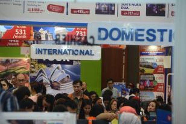 Pengunjung memadati penjualan tiket penerbangan murah dan paket wisata di ajang Astindo Fair 2014 di jakarta Convention Center di Jakarta, Jumat (21/3). Pameran wisata yang diikuti berbagai komponen wisata ini akan berlangsung hingga 23 Maret 2014 dengan menargetkan pengunjung 75.000 orang serta transaksi mencapai Rp 85 miliar.