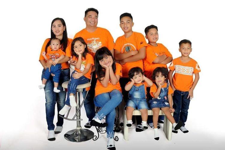 Dewi Hartarti bersama suami dan delapan anaknya di Pangkal Pinang.