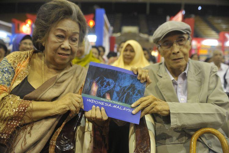 Penyair Toeti Heraty dan Sapardi Djoko Damono saat peluncuran buku  Kumpulan Puisi Perempuan Indonesia-Malaysia  dalam ajang Indonesia International Book Fair di Gelora Bung Karno, Jakarta, Jumat (7/11/2014).