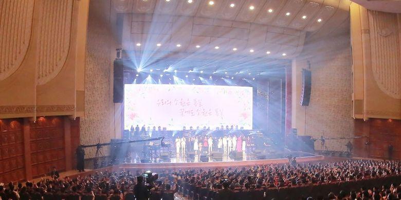 Penduduk Pyongyang menikmati konser langka oleh musisi Korea Selatan di East Pyongyang Grand Theater di Pyongyang yang berkapasitas 1.500 orang di Korea Utara, Minggu (1/4/2018). (KCNA via AFP)
