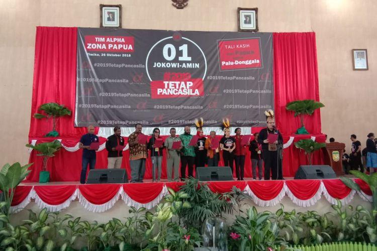 Ketua dan pengurus relawan tim Alpha zona Papua saat membacakan deklarasi memenangkan Jokowi-Amin, Jumat (26/10/2018)