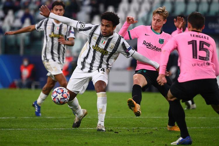 Gelandang Barcelona, Frenkie de Jong, berupaya menghentikan pemain Juventus, Weston McKennie, pada laga Liga Champions di Juventus Stadium, Turin, pada 28 Oktober 2020.