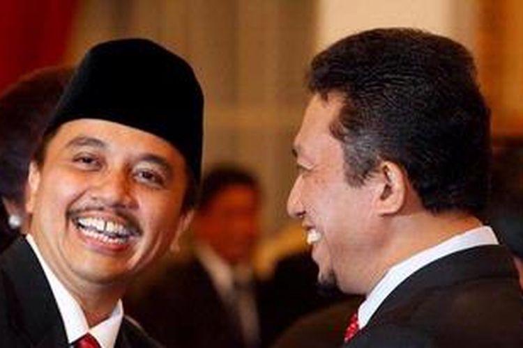 Roy Suryo bersalaman dengan Menteri Komunikasi dan Informatika Tifatul Sembiring seusai dilantik menjadi Menteri Pemuda dan Olahraga di Istana Negara, Jalan Medan Merdeka Utara, Jakarta, Selasa (15/1/2013). KOMPAS IMAGES/RODERICK ADRIAN MOZES