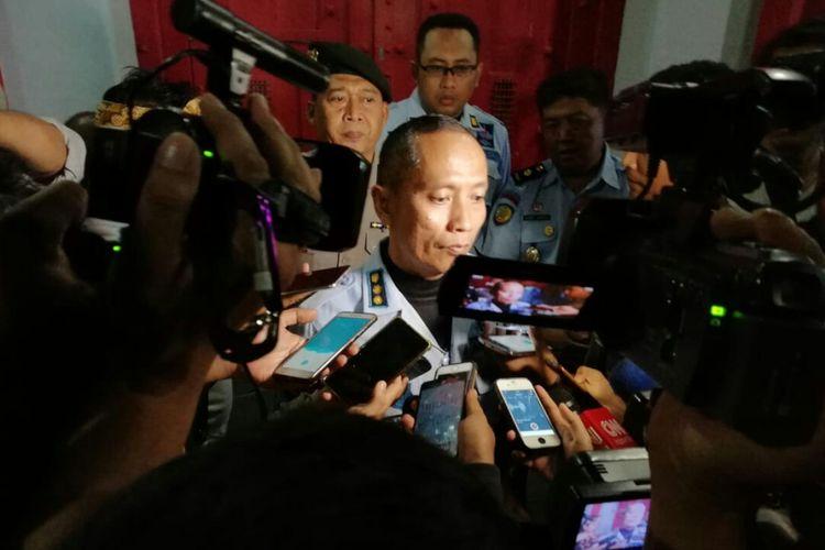 Plt Kalapas Sukamiskin Kusnali tengah diwawancarai awak media usai penggeledahan yang dilakukan KPK Rabu (25/7/2018) sore tadi.