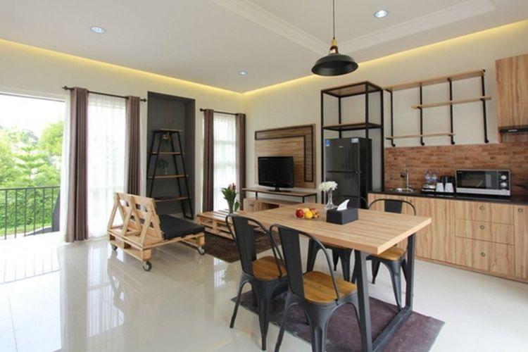 Dapur dan ruang makan di Woody House R Hotel Rancamaya.