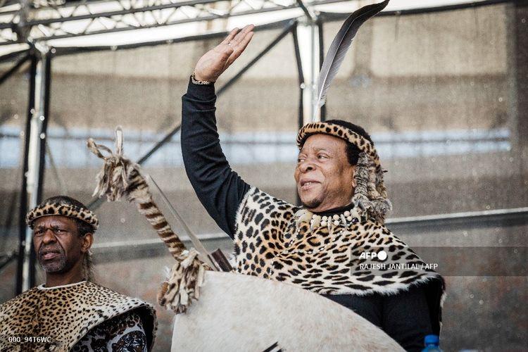 Dalam foto file ini diambil pada 7 Oktober 2018 ini, Raja Zulu Goodwill Zwelithini menyapa para pendukungnya di Stadion Sepakbola Moses Mabhida di Durban selama Umkhosi Welembe, sebuah peringatan tahunan Raja Zulu Shaka ka Senzangakhona, seorang ahli strategi militer yang dihormati yang menyatukan suku-suku untuk membentuk Bangsa Zulu. - Raja yang sangat dihormati dari Kerajaan Zulu di Afrika Selatan itu meninggal dunia pada 12 Maret 2021 setelah berminggu-minggu dirawat di rumah sakit.