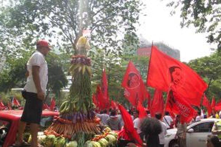 Tumpengan Palawijaya yang dibawa relawan Jokowi dari kelompok Projo. Ratusan orang dari kelompok Projo telah berkumpul di kawasan Bundaran Semanggi, Senin (20/10/2014) untuk mengikuti kirab budaya yang akan dilaksanakan pasca pelantikan Joko Widodo sebagai Presiden Republik Indonesia yang baru.