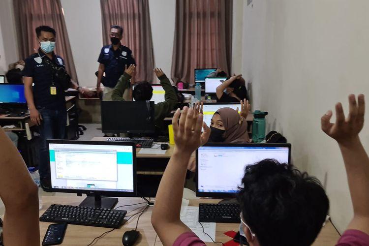 Polisi menggerebek sebuah ruko yang menjadi kantor pinjaman online ilegal di Jakarta Barat, Rabu (13/10/2021). Total 56 orang yang bekerja di ruko itu diamankan.