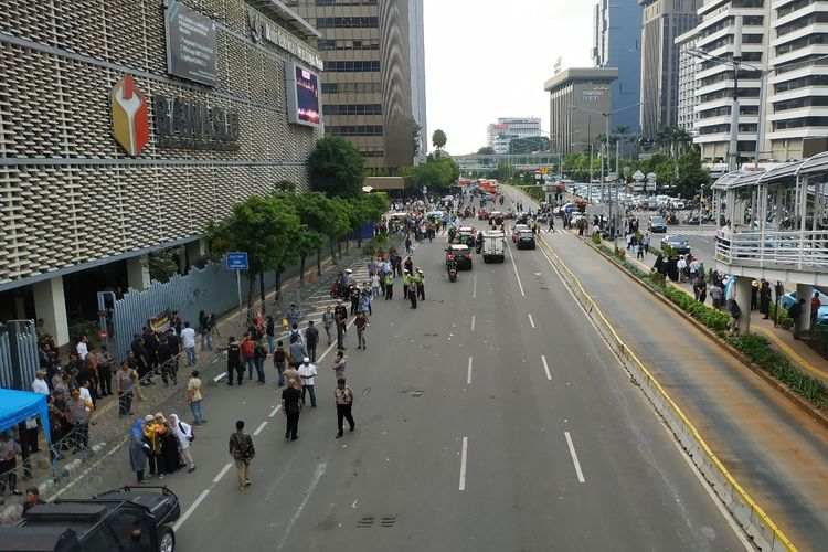 Jalan MH Thamrin di depan gedung Bawaslu, Jakarta Pusat, kembali steril dari massa usai digunakan berunjuk rasa pada Jumat (10/5/2019) siang.