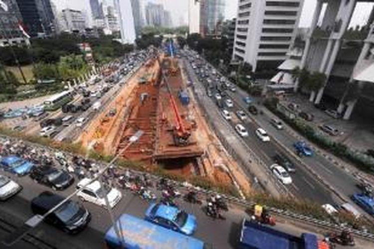 Pengerjaan proyek pembangunan transportasi massal cepat (MRT) fase pertama (15,70 kilometer) di kawasan Sudirman, Jakarta Pusat, Rabu (27/5). Pembangunan MRT bertujuan mengurangi kemacetan di Ibu Kota yang semakin parah.