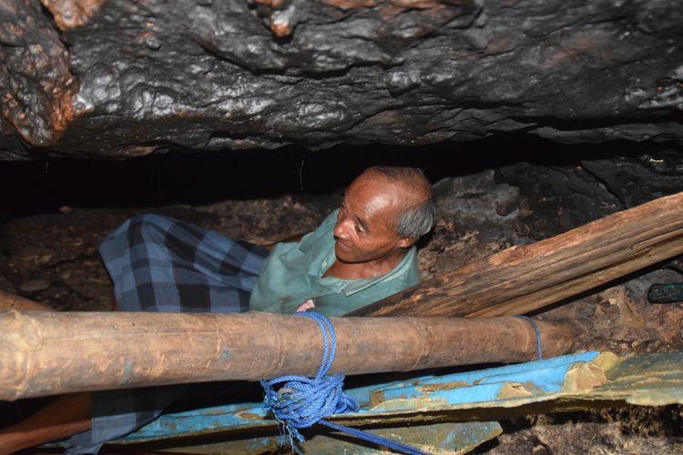 La Udu, warga Kelurahan Kadolomoko, Kecamatan Kokalukuna, Kota Baubau, Sulawesi Tenggara, menunjukan tempat tidurnya yang berada di sela bebatuan, Selasa (2/4/2020).