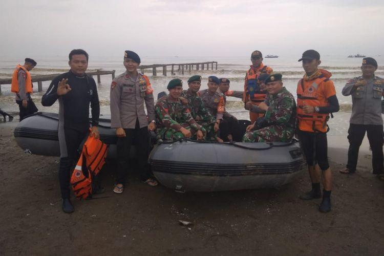 Tim penyelam dengan perahu karet yang digunakan untuk pulang dan pergi di perairan Tanjung Karawang, Jawa Barat.