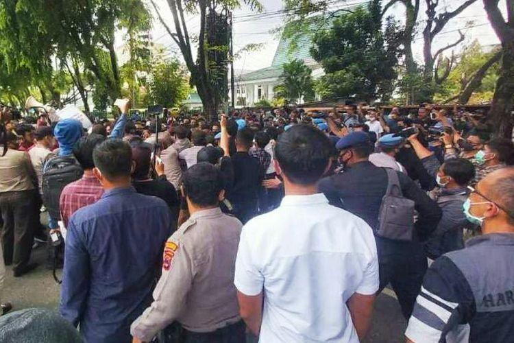 Ratusan mahasiswa dari berbagai kampus di Banjarmasin kembali berunjuk rasa menolak UU Cipta Kerja, Kamis (5/11/2020). Aksi ini sempat ricuh setelah mahasiswa dan polisi terlibat saling dorong dan nyaris baku hantam.