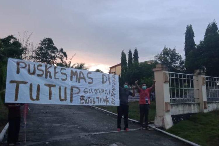 Spanduk penutupan Puskesmas Long Kali di Kabupaten Paser, Kalimantan Timur, Jumat (1/5/2020).