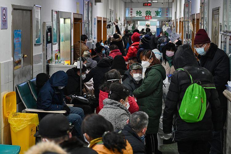 Para pasien di Rumah Sakit Palang Merah Wuhan, China, Sabtu (25/1/2020), menggunakan masker untuk melindungi diri dari serangan virus corona yang mematikan. Mereka mengantre untuk mendapat pelayanan dari rumah sakit.