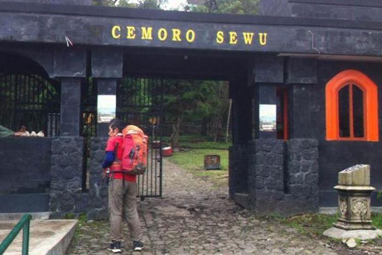 Willem Sigar Tasiam (58) siap-siap mendaki Gunung Lawu melalui jalur pendakian Cemoro Sewu, Jawa Timur, Jumat (13/5/2016) sore.