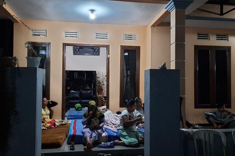 Sejumlah warga di Desa Majangtengah, Kecamatan Dampit, Kabupaten Malang tidur di teras rumah yang konstruksinya masih kokoh akibat gempa, Minggu (11/4/2021).