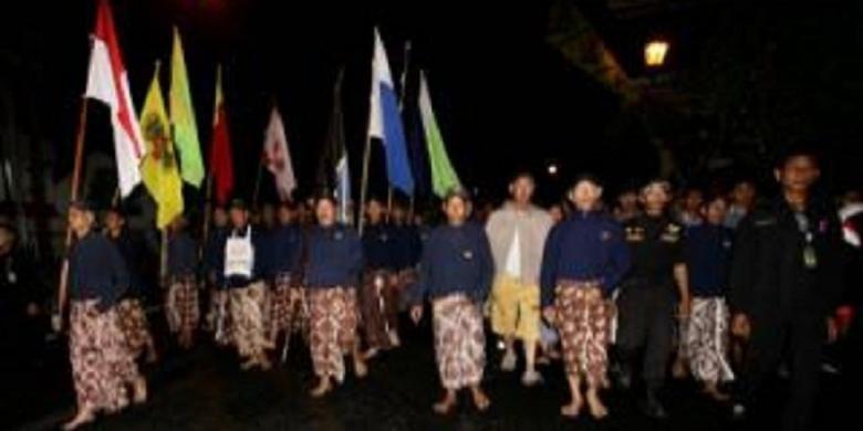 Warga Yogyakarta mengikuti tradisi Tapa Bisu Lampah Mubeng Beteng Keraton Ngayogyakarta Hadiningrat, Selasa (5/11/2013) dini hari.