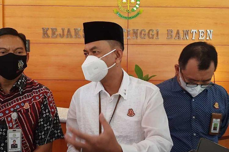 Kepala Kejati Banten Asep Nana Mulyana saat memberikan keterangan kasus dugaan korupsi bantuan Ponpes di Banten kepada wartawan. Jumat (16/4/2021)