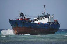 Diterjang Gelombang, Kapal Cargo Berbobot 1200 GT Tersangkut di Karang