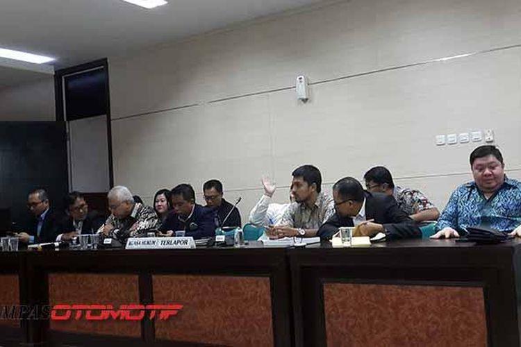 Pihak Yamaha Indonesia Motor Manufacturing (YIMM) dan Astra Honda Motor (AHM) menghadiri sidang pembacaan putusan dugaan penetapan harga di kantor Komisi Pengawas Persaingan Usaha (KPPU) di Jakarta, Senin (20/2/2017).