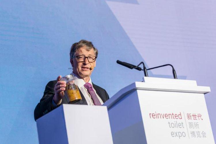 Bill Gates ketika menunjukan toples berisi tinja manusia di depan peserta Reivented Toilet Expo