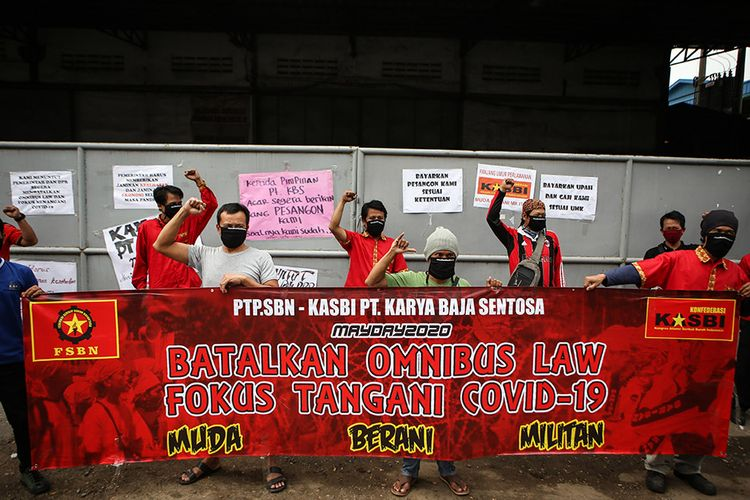 Sejumlah buruh menggelar aksi unjuk rasa di depan pabrik tempat mereka bekerja di Benda, Kota Tangerang, Banten, Jumat (1/5/2020). Dalam aksi untuk memperingati Hari Buruh Internasional itu, massa menolak RUU Omnibus Law serta meminta pemerintah dan pengusaha untuk menjamin kelangsungan hidup buruh.