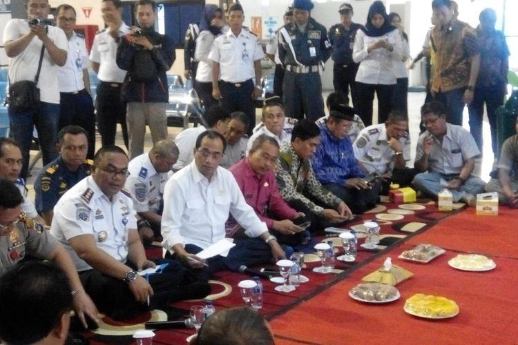 Menteri Perhubungan Budi Karya Sumadi ketika melakukan tinjauan dan dialog di Pelabuhan Trisakti, Banjarmasin, Kalimantan Selatan, Jumat (14/7/2017).