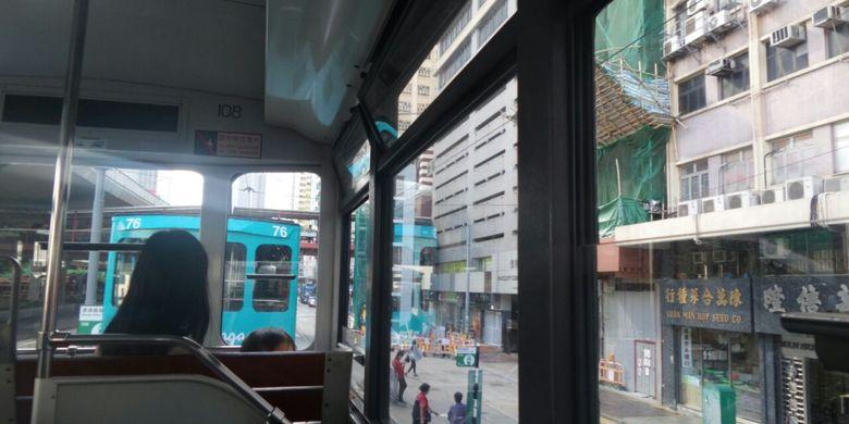 Suasana dek atas tram, trasnsportasi tertua di Hongkong. Dari dek atas bisa terlihat dengan jelas pemandangan kota di Hongkong.