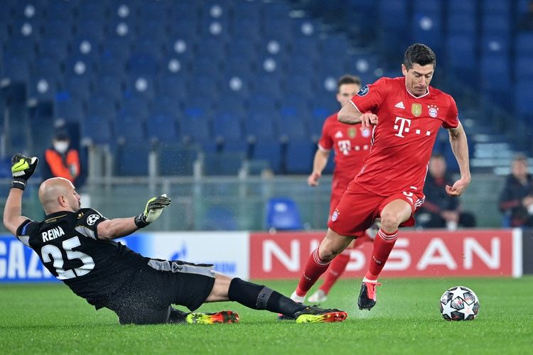 Robert Lewandowski melewati Pepe Reina saat FC Bayern Muenchen menghancurkan tuan rumah Lazio kala bertandang ke Stadion Olimpico, Italia, Rabu (24/2/2021) dini hari WIB.
