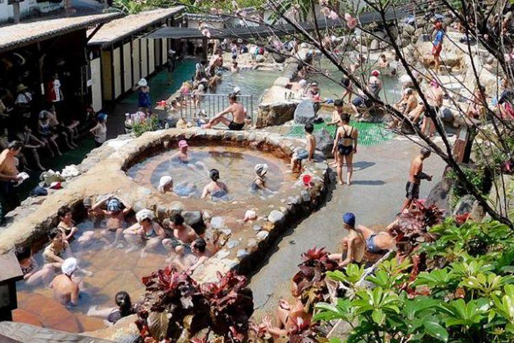 Kolam-kolam air panas untuk publik yang berada di distrik Beitou, Taipei, Taiwan, menjadi salah satu daya tarik wisata Taiwan, sekaligus peninggalan dari masa pendudukan Jepang di pulau tersebut.